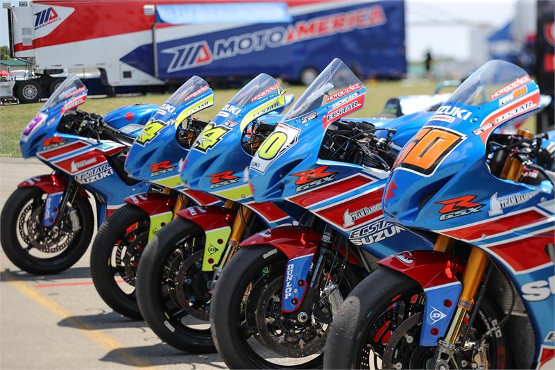 SUZUKI ROADRACE MOTORCYCLES IN A LINE