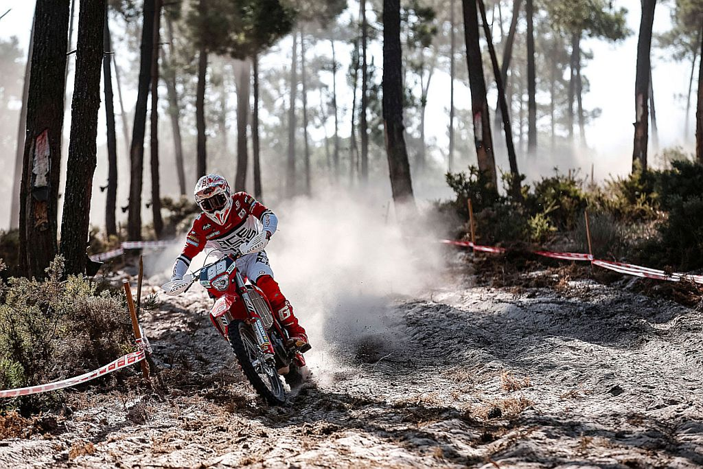 Doing just what he needed to do to extend his led in the Enduro 1 World Championship, Andrea Verona (GASGAS) took the win on day one in Santiago do Cacem ©Future 7 Media